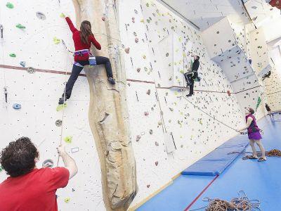 Kletterparks - Seilparks:  - Indoor-Klettern – mit oder ohne Instruktor